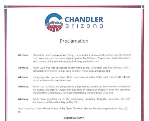 美國亞利桑那州錢德勒市市長哈特克 (Kevin Hartke)頒發了褒獎,慶祝法輪大法日。(明慧網)
