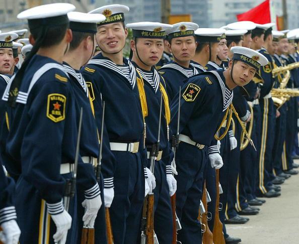 中共軍報披露,全軍部份官兵仍在隔離,包括東部戰區的海軍艦長也遭隔離。圖:駐紮在上海的海軍士兵(Getty Images)
