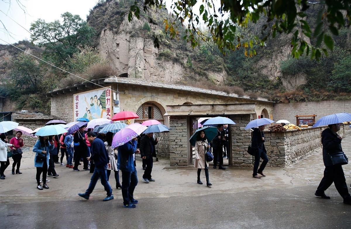 2016年10月22日,梁家河的遊客。(STR/AFP via Getty Images)