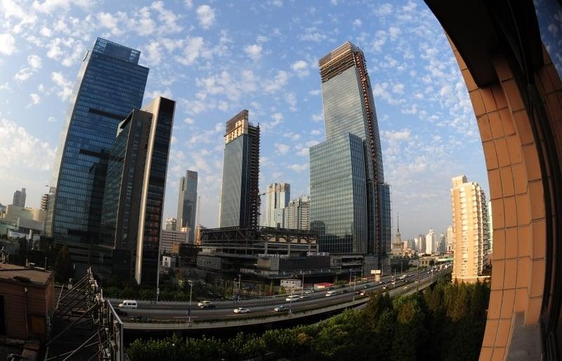 自3月底中國大陸各地樓市調控《國五條》細則公佈後,一線樓市成交量大降,北、上、廣等地均受嚴重影響。圖為上海南京路一景。(AFP)