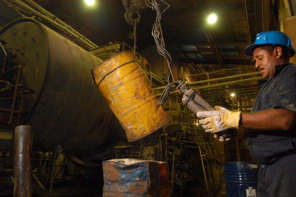 圖為委內瑞拉國營礦業公司Minerven工人精煉黃金。(Diego Giudice/ Getty Images)