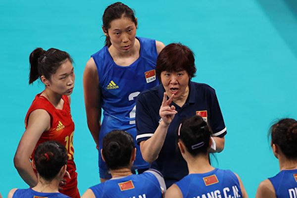 7月27日在有明競技場舉行的東京 2020 年奧運會第四天 B 組女排預賽期間,中國隊教練郎平在對陣美國隊的比賽時對隊員講話。郎平背後是朱婷。(Toru Hanai/Getty Images)