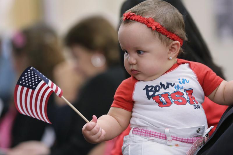 目前,在美國出生的孩子有權獲得美國護照。(John Moore/Getty Images)