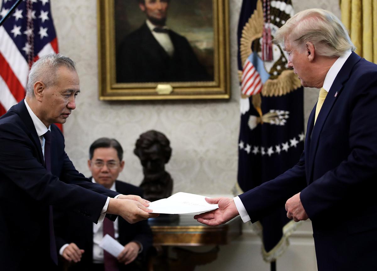 中美第13輪高級貿易談判10月11日結束,美國總統特朗普在白宮接見中方特使、中共副總理劉鶴。圖為劉鶴向特朗普交付習近平的「致特朗普的口信」。(Win McNamee/Getty Images)