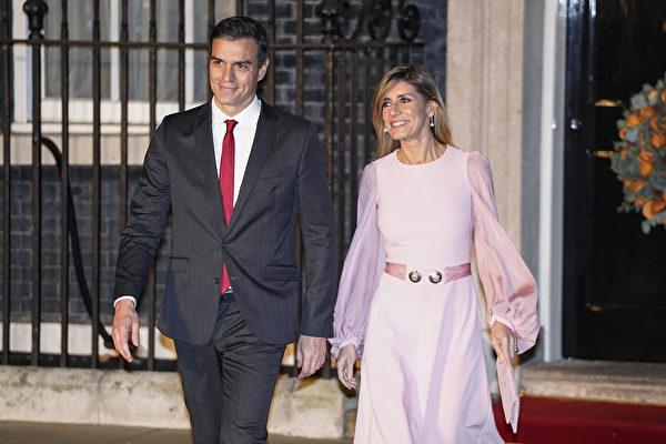 西班牙政府宣佈,西班牙總理桑切斯(Pedro Sanchez)的妻子對中共病毒的檢測呈陽性反應。圖為總理夫婦。(Niklas HALLE'N/AFP)