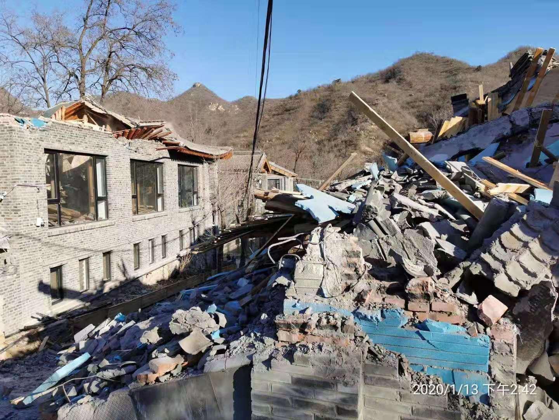 圖為1月13日凌晨12時許,北京昌平區政府糾集近千名特警、十輛挖掘車,偷偷進入果莊村進行強拆,並毆打業主。(受訪人提供)