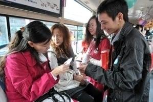 圖為去年11月底上千名單身男女在福州10輛裝扮如婚車的公交車上尋找自己心儀的對象。(大紀元資料室)