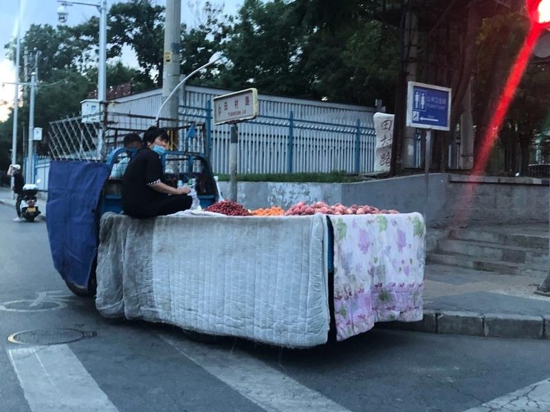 組圖:北京疫情爆發 民眾偷偷擺攤艱難求生