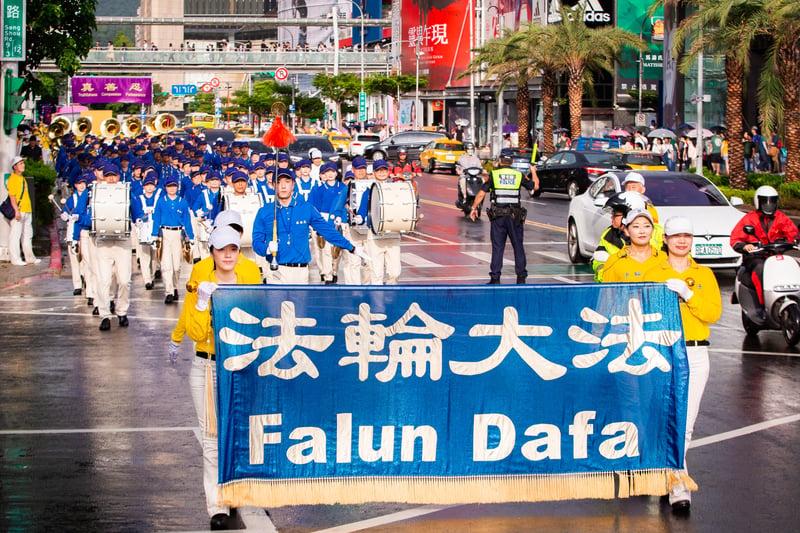 法輪功反迫害20周年,7月20日下午,超過2千名台灣北部部份法輪功學員在台北市區舉行720反迫害遊行。(陳柏州/大紀元)