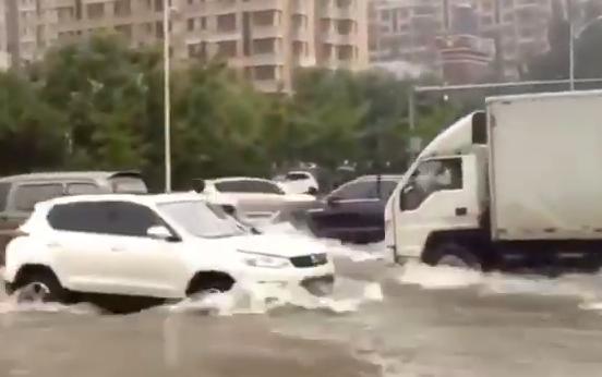 巴威颱風預計2020年8月27日登陸遼寧,圖為8月24日,遼寧瀋陽已下暴雨,城區道路被水淹沒。(影片截圖)