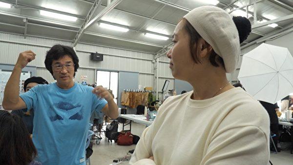 《台灣三部曲》導演魏德聖和造型指導林欣宜討論畫面。(米倉影業提供)