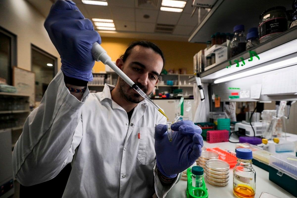 英國Hvivo生技公司開價幾千美元徵求中共肺炎疫苗的受試者。圖為2020年3月1日,以色列科學家在研製武漢肺炎疫苗,與本文無關。(JALAA MAREY/AFP via Getty Images)