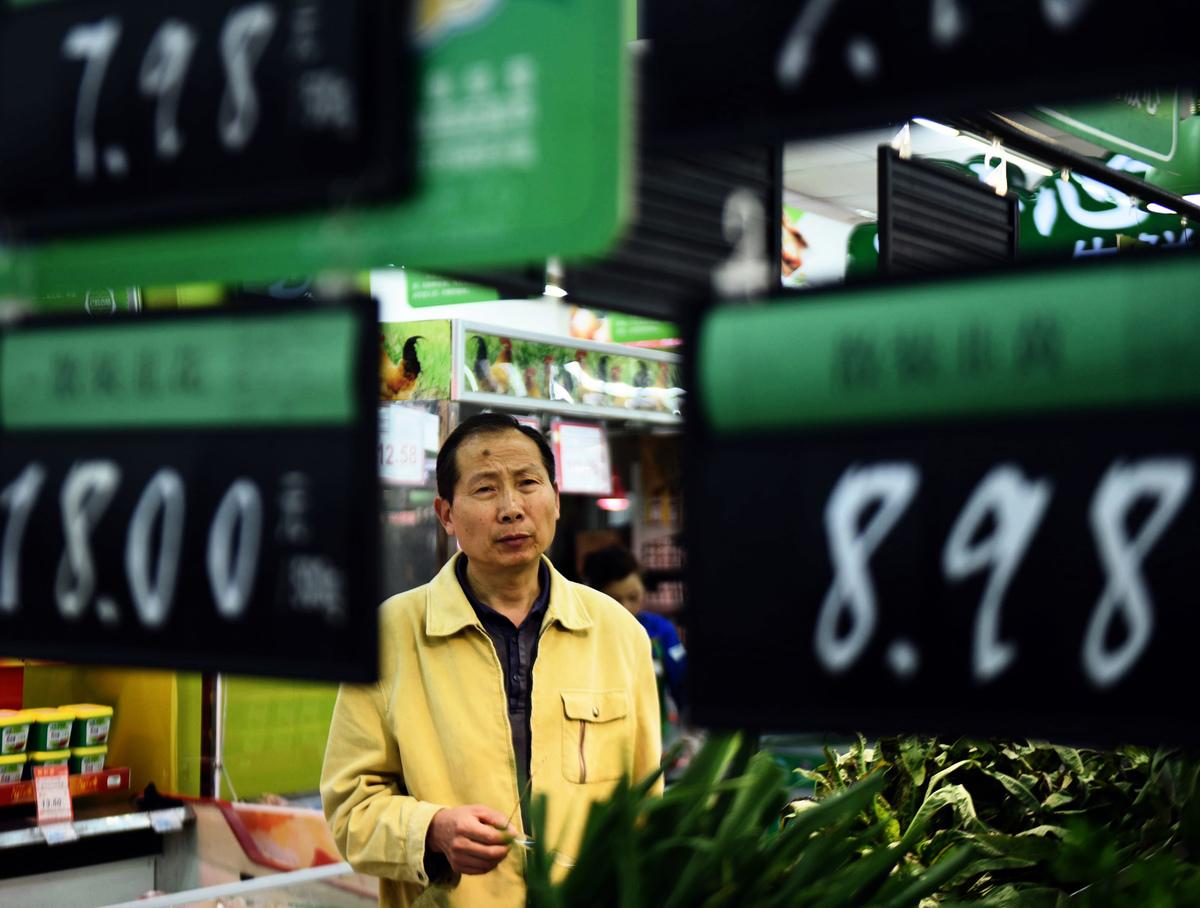 除了豬肉降價,牛羊肉、蔬菜都漲價。有網民問,今年過年吃甚麼?圖為大陸一超市。(AFP/Getty Images)