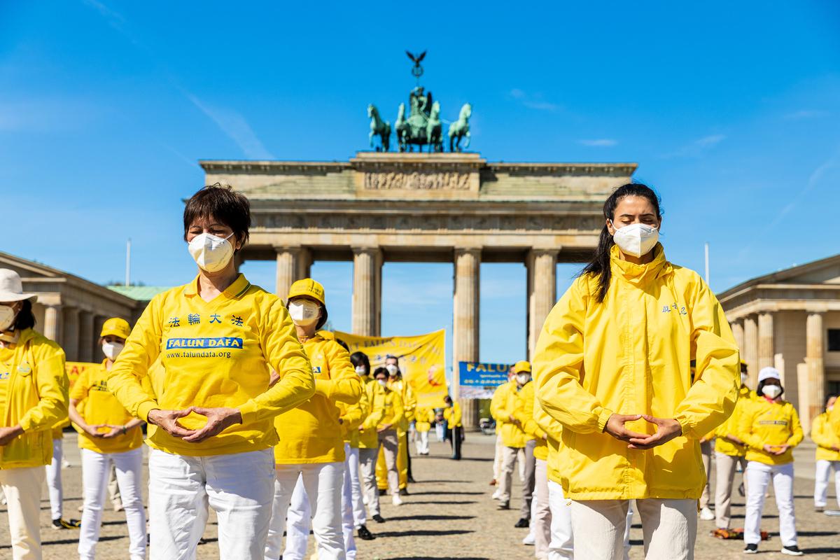 5月9日,德國首都柏林的部份法輪功學員在市中心地標建築勃蘭登堡大門前集體煉功,恭祝法輪功創始人李洪志師父七十華誕,慶祝世界法輪大法日。(清颻/大紀元)