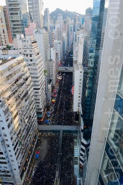2019年7月1日,香港七一大遊行,55萬人頂著烈日參與,以和平理性訴求:撤回惡法、特首林鄭月娥下台,抗衡中共極權管治,刷新七一歷來最多人遊行的紀錄。(宋碧龍/大紀元)