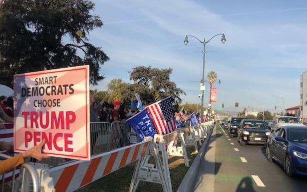 2020年11月21日下午3點,比華利山聚集了上百位支持特朗普總統的民眾,他們搖旗吶喊,呼籲選舉公正。(王涵提供)