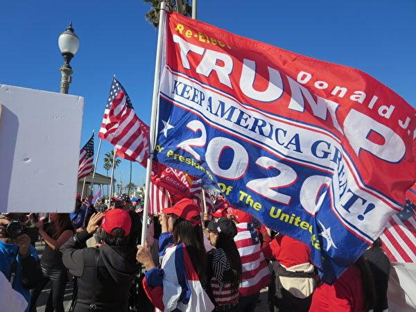 2020年11月14日,民眾在杭廷頓海灘舉行支持特朗普總統和「停止偷竊選票」 集會。(李梅/大紀元)