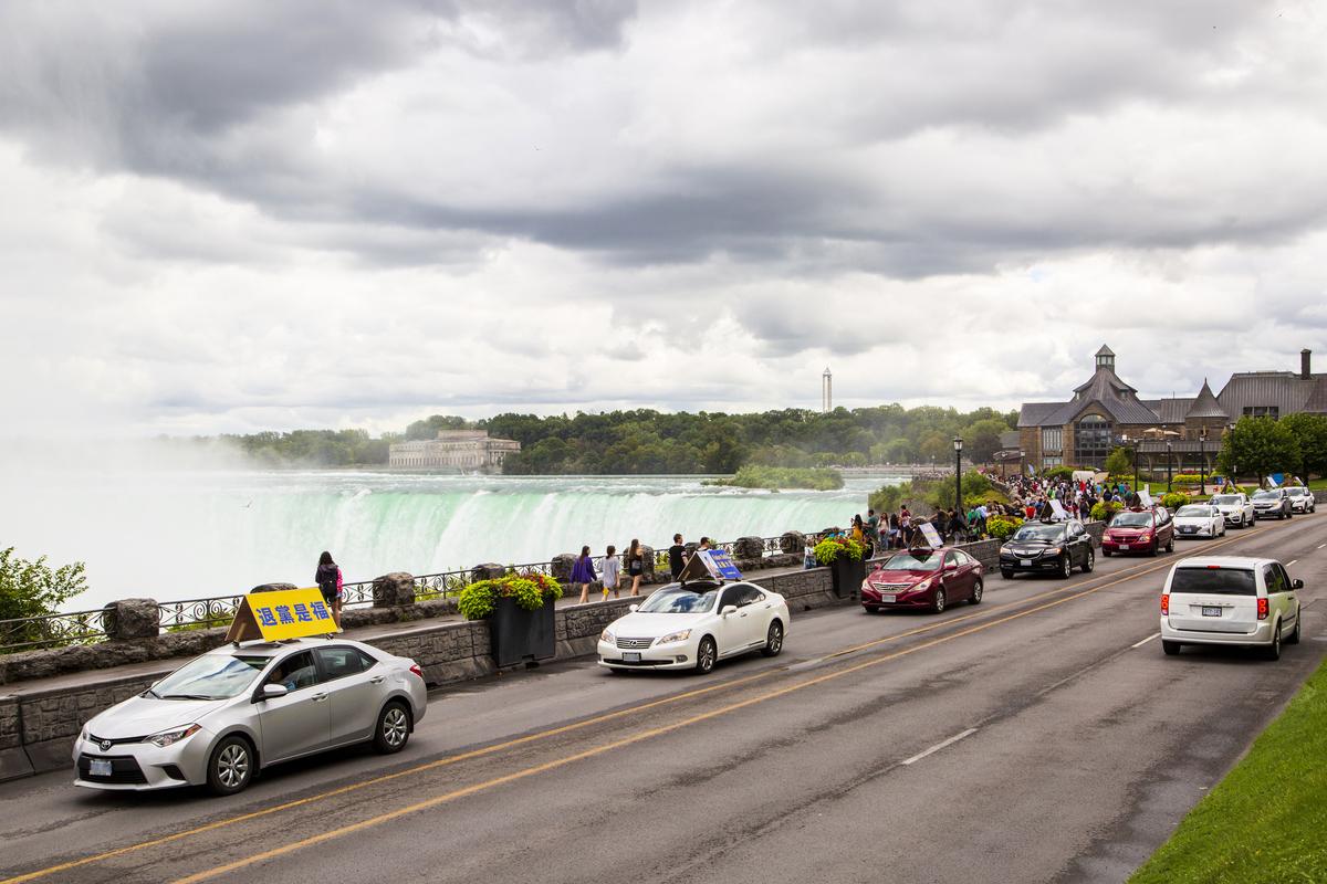2020年8月29日下午,4個車隊、近60輛汽車,馳聘在安省三大城鎮——士嘉堡、密西沙加及世界著名景點尼亞加拉瀑布,把真相福音傳給當地市民。(艾文/大紀元)