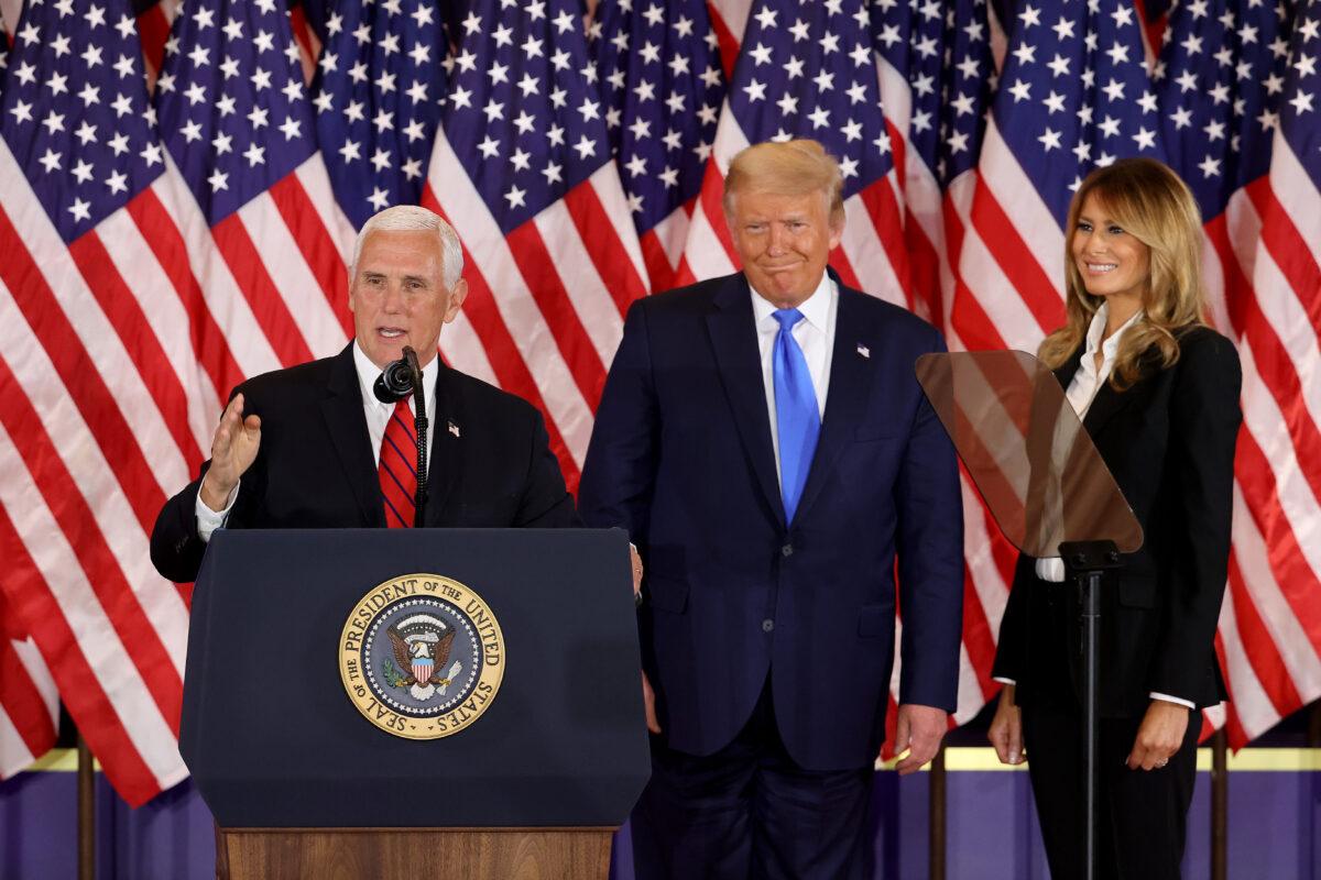 2020年11月4日,華盛頓特區。凌晨2點剛過,特朗普總統、第一夫人梅拉尼婭‧特朗普、副總統邁克‧彭斯及夫人在白宮東廳發表選舉之夜講話。(Chip Somodevilla/Getty Images)