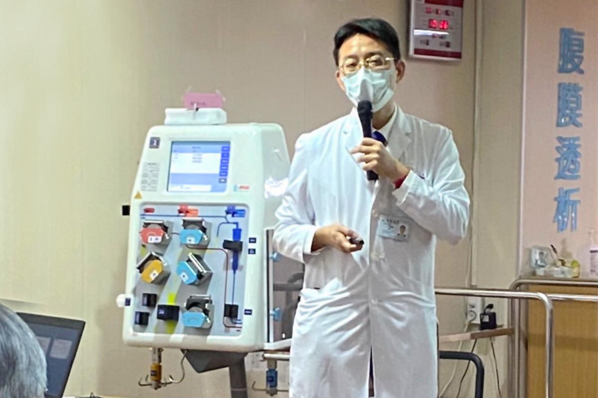 衛生福利部桃園醫院副院長王偉傑與醫療團隊以血液淨化療法救回患者。(桃園醫院提供)