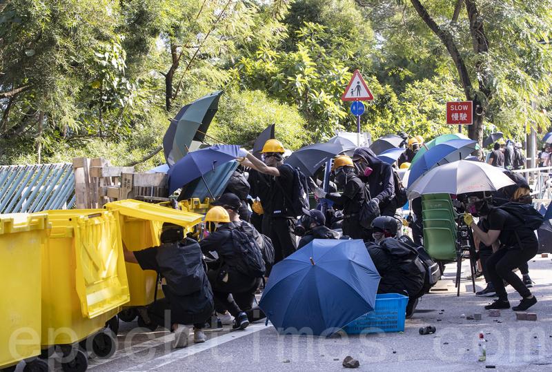 2019年11月11日,香港民間發起全港三罷的「黎明行動」。香港中文大學學生高呼「中大是我家」,拒絕警察進入,警察向學生發射催淚彈並拘捕學生,現場恍如戰場。(余鋼/大紀元)