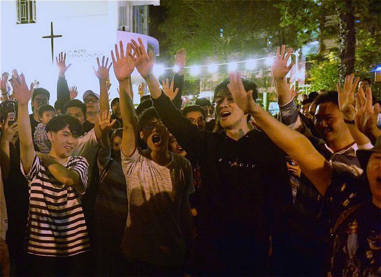 2019年11月25日凌晨,香港舉行區議會選舉,屯門樂翠選區候選人盧俊宇勝出何君堯後,民眾歡呼。(余天祐/大紀元)