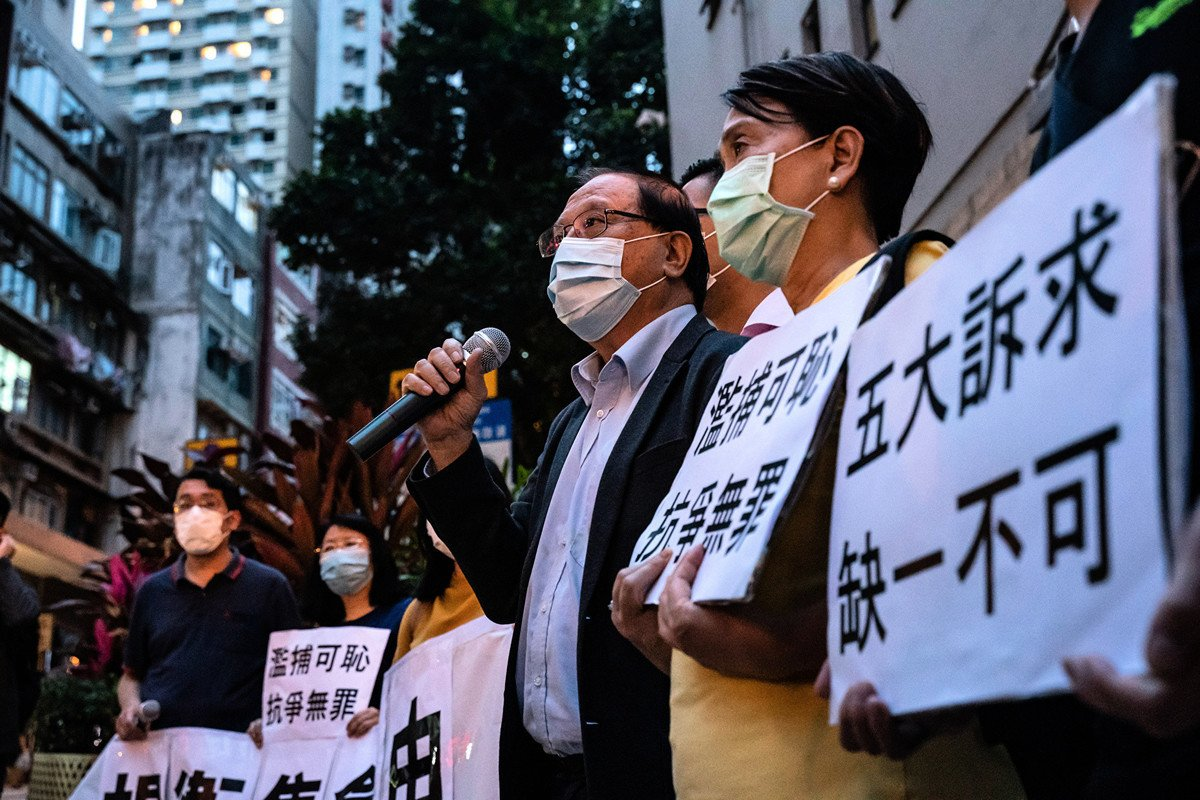 2020年4月18日,香港警察濫捕14名民主人士後,人們在西區警署外進行抗議。(Anthony Kwan/Getty Images)