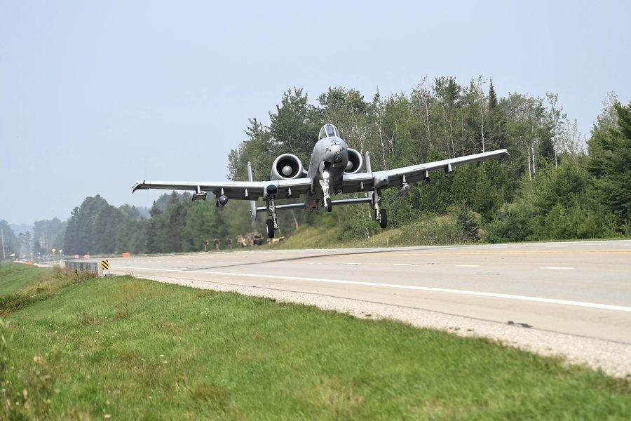 A-10攻擊機在公路上起降 美國空軍締造歷史