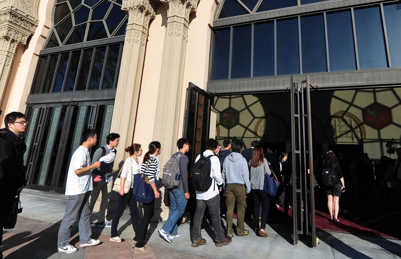 圖為美國加州大學的中國留學生。(FREDERIC J. BROWN/AFP/Getty Images)