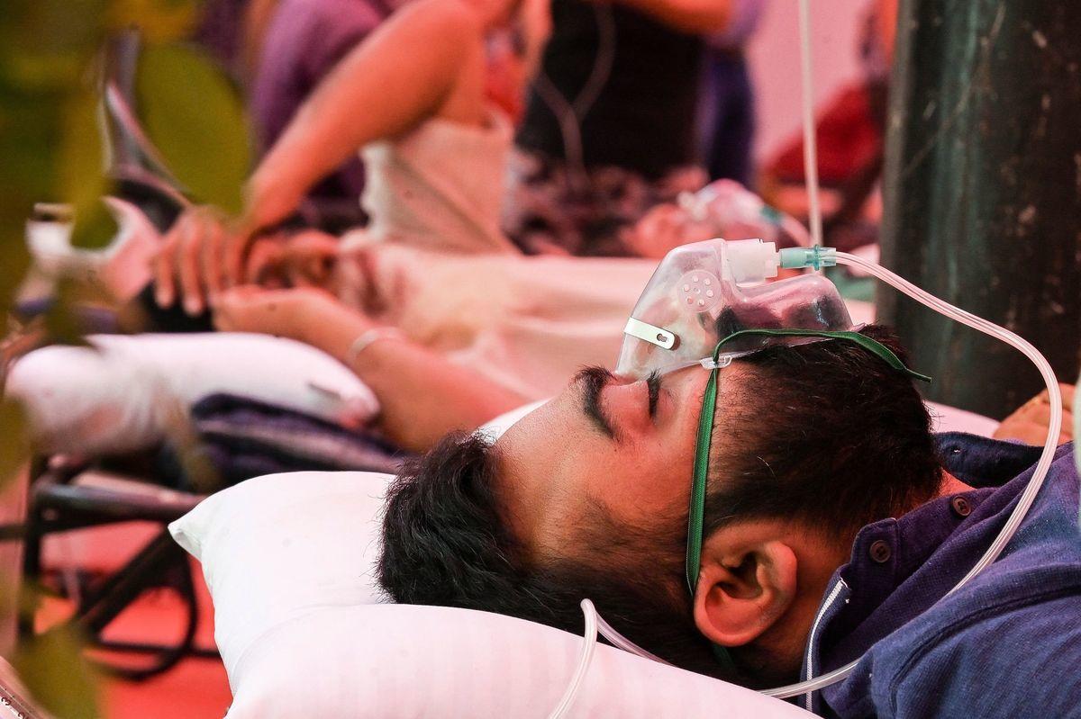 2021年5月6日,一名印度COVID-19(中共病毒引發的疾病)患者在吸氧氣。 (PRAKASH SINGH/AFP via Getty Images)