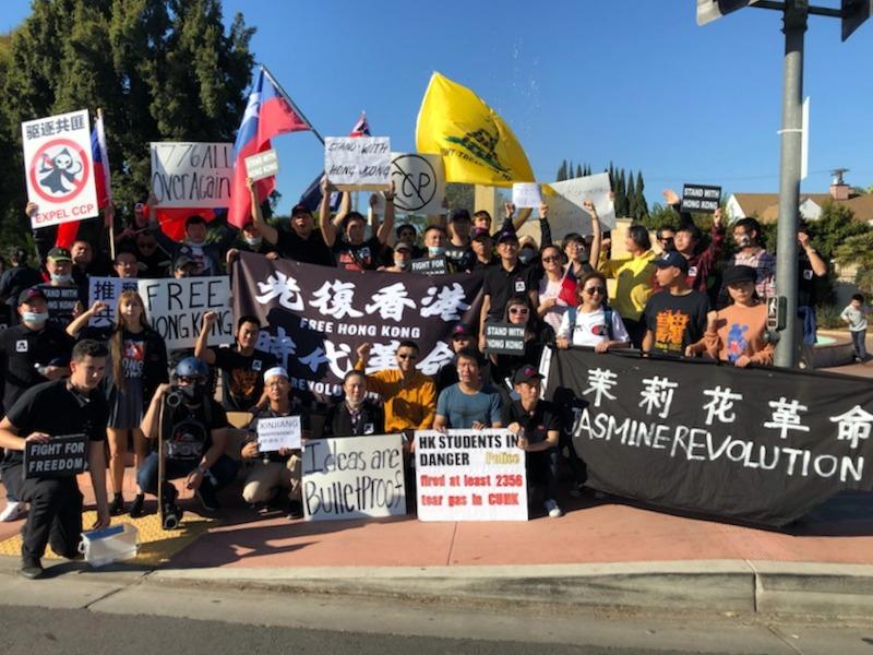 星期六(11月23日),美國青年學生團體「自由中國運動」(Free China Movement)在比華利山莊(Beverly Hills)和華人一起舉行挺港集會和遊行。(陳維明提供)