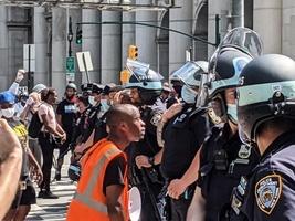 民主黨主政大城市犯罪激增 不再削減警察預算