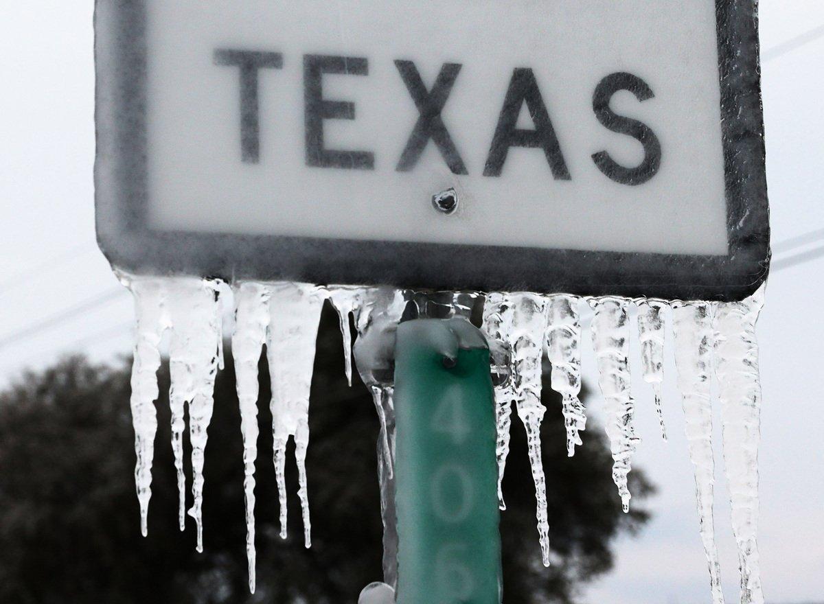 2021年2月中旬強烈暴風雪侵襲美國,一向溫暖的德州,都變成一片銀白世界。圖為2021年2月18日,德州基林,高速公路上的標誌被冰雪覆蓋。 (Joe Raedle/Getty Images)