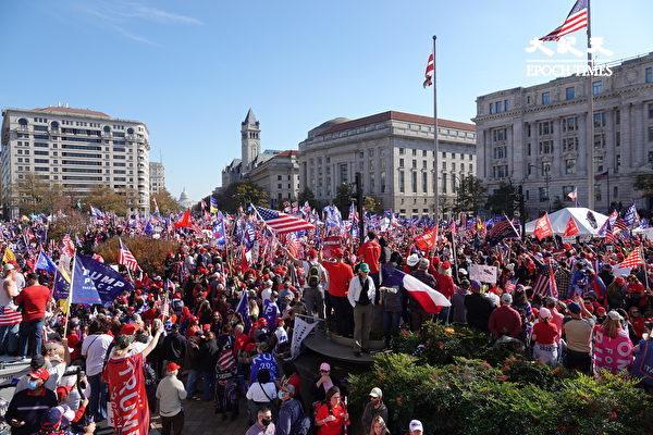 11月14日,來自美國各州的數十萬選民齊聚華盛頓DC自由廣場,表達著相同的心聲——願上帝保佑美國。(亦平/大紀元)