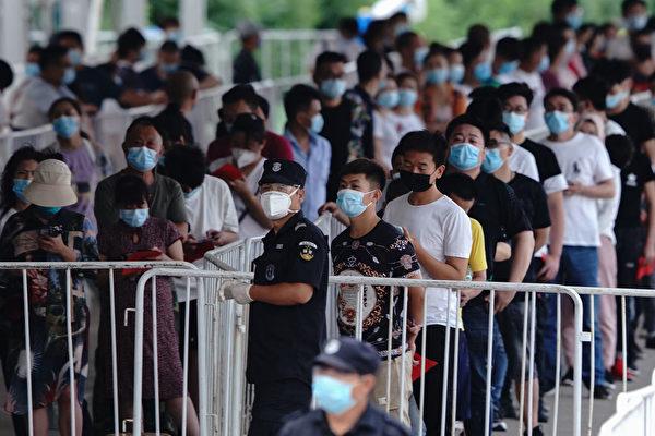 圖為2020年6月17日,北京市民排隊等候接受核酸檢測。(Lintao Zhang/Getty Images)