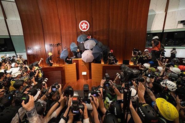 香港七一移交主權22周年之際,港民在與員警激烈衝突之後,衝進了立法會。(李逸/大紀元)