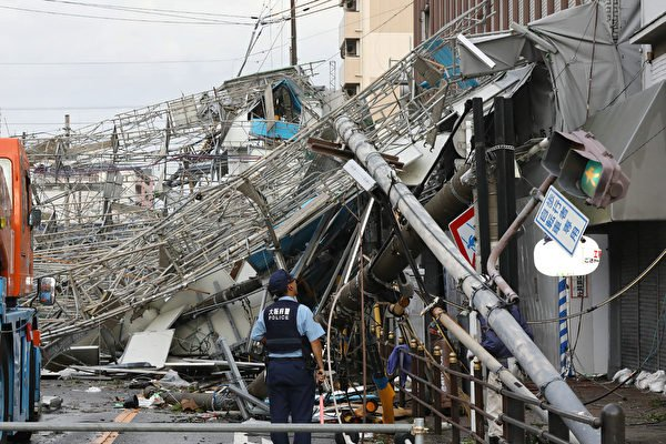 被稱為是25年來最強的颱風「飛燕」在周二(9月4日)登陸日本。(JIJI PRESS/AFP/Getty Images)