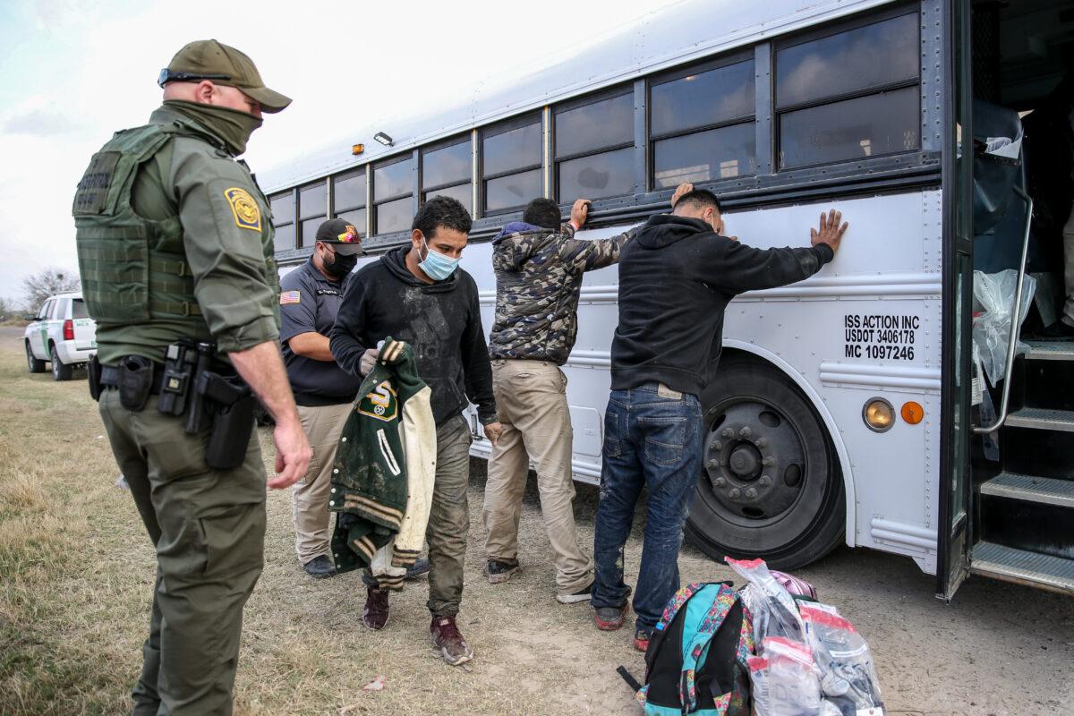 2021年3月11日在德州的佩尼塔斯(Penitas),邊境巡邏隊員逮捕了大約二十多名非法移民。(Charlotte Cuthbertson/The Epoch Times)