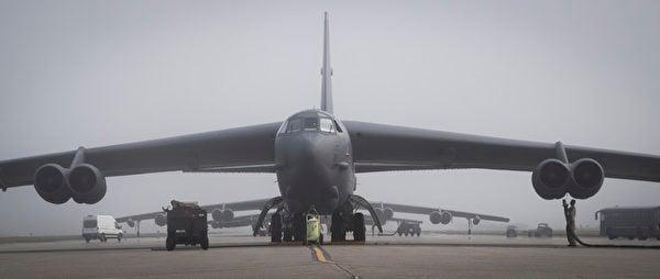 2020年6月16日,美軍B-52H轟炸機準備從阿拉斯加的艾爾森空軍基地起飛。6月17日,2架B-52H轟炸機抵達日本海,與日本空中自衛隊戰鬥機和美軍E/A-18G咆哮者電戰機匯合演練。(美國空軍)