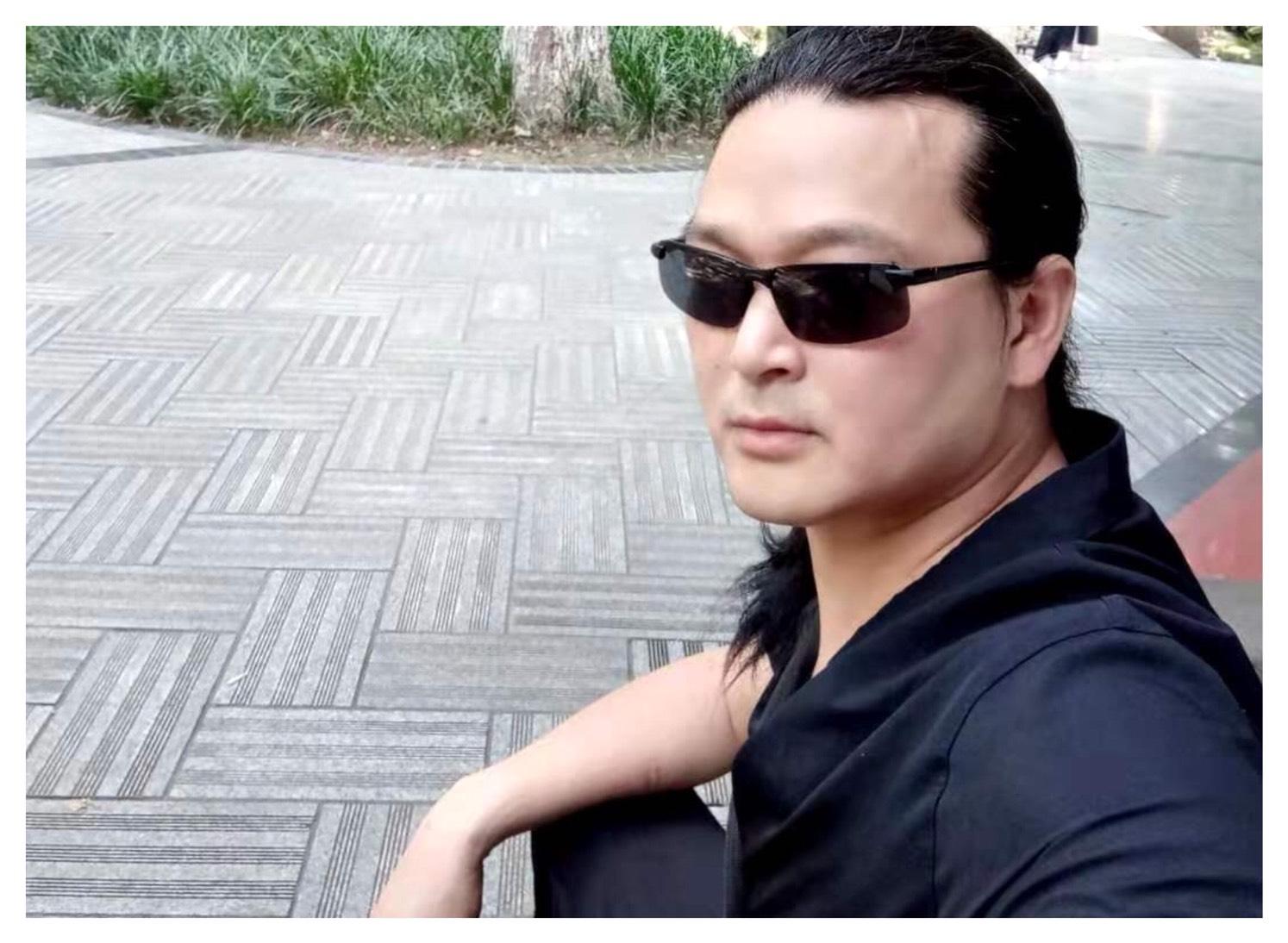 成都男子斯毅因故被多次關進精神病院,他的志願者監護人也被取消監護權。(受訪者提供)