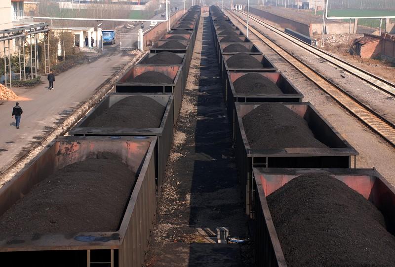 河南永煤集團再爆債務違約。圖為滿載原煤的車廂停在安徽省淮北一家煉煤廠。(AFP)