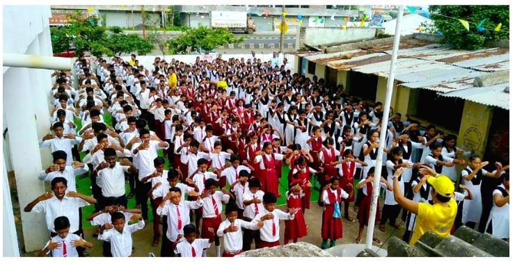 印度中部城市學校師生學煉法輪功