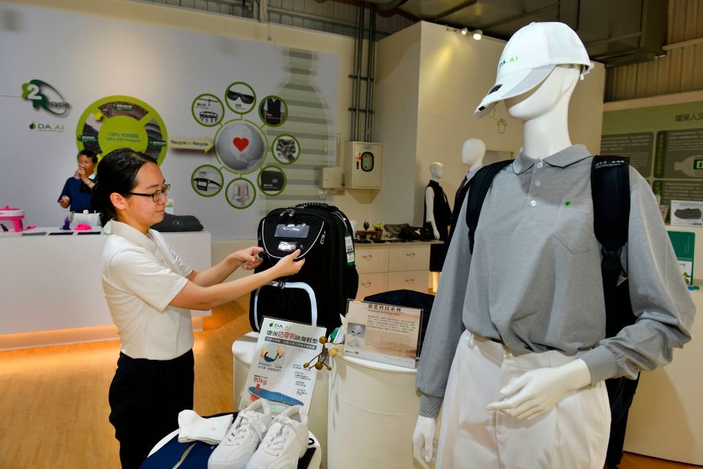 台灣媒體報道,中國大陸有的地方強令將註明為「台灣」或「台灣製造」的產品下架,不准出售,除非改為「中國台灣」的標籤。(CHRIS STOWERS/AFP/Getty Images)