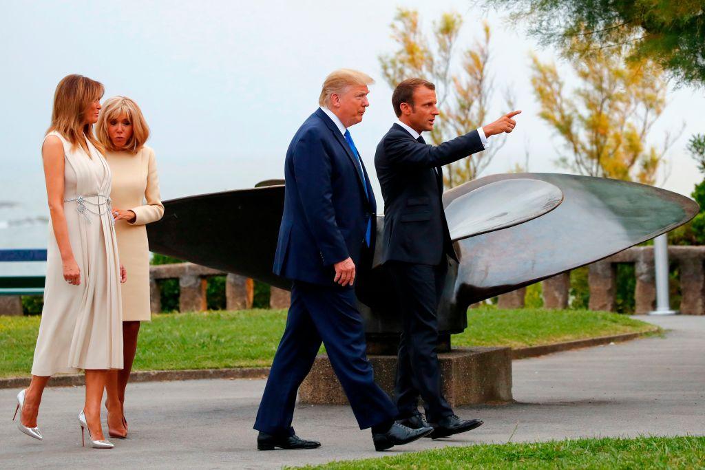 8月24日,法國總統馬克龍(右一)夫婦在比亞里茨迎接前來參加G7集團領袖峰會的美國總統特朗普(右二)夫婦。 (FRANCOIS MORI/AFP/Getty Images)