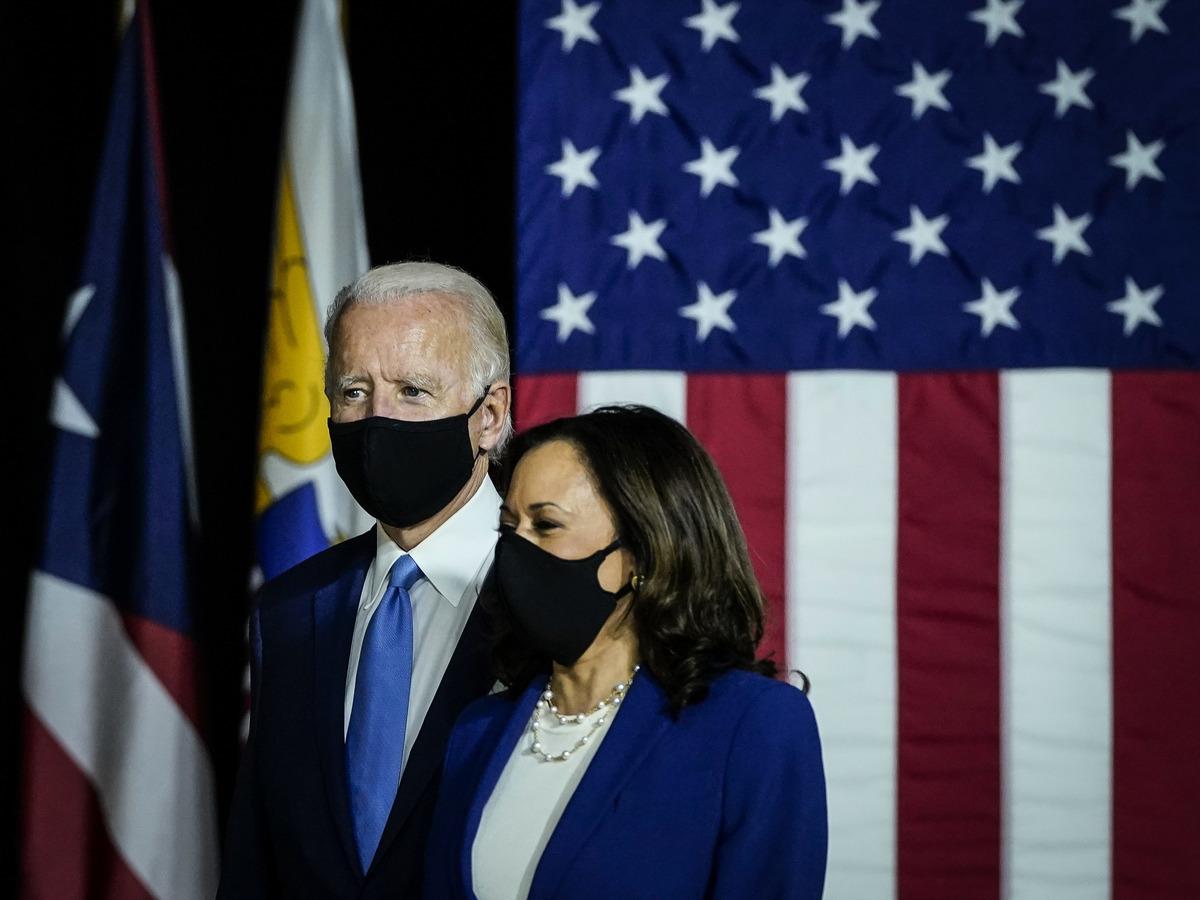 圖為美國2020年大選民主黨總統候選人喬.拜登(Joe Biden)(左)和副總統候選人賀錦麗(Kamala Harris)。(Drew Angerer/Getty Images)