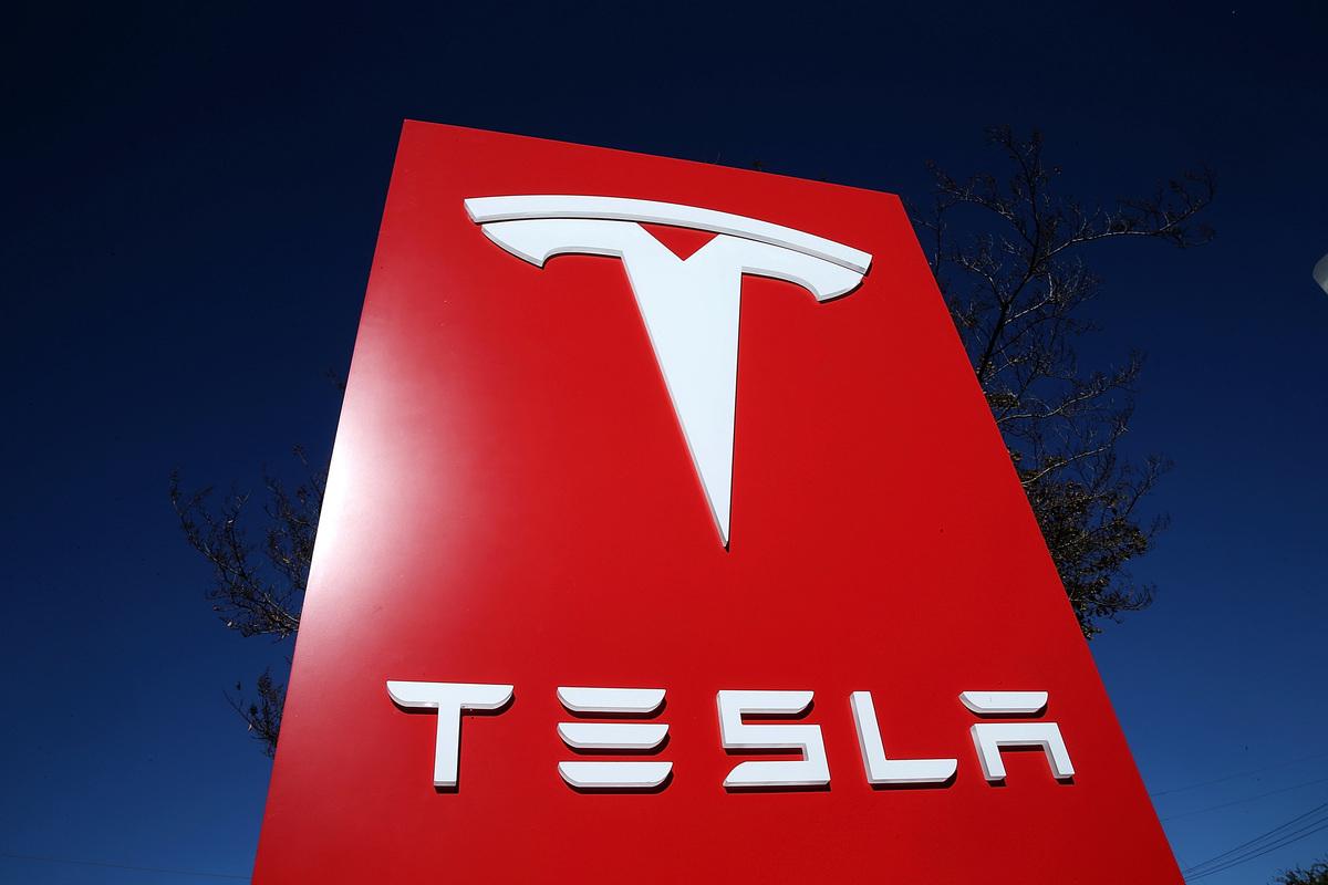 Tesla在加州帕洛阿爾托市(Palo Alto)展車大廳中的標誌。(Justin Sullivan/Getty Images)