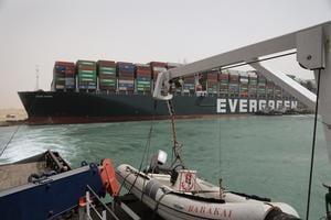 長榮巨輪如鯨魚擱淺 蘇彜士運河暫停通航
