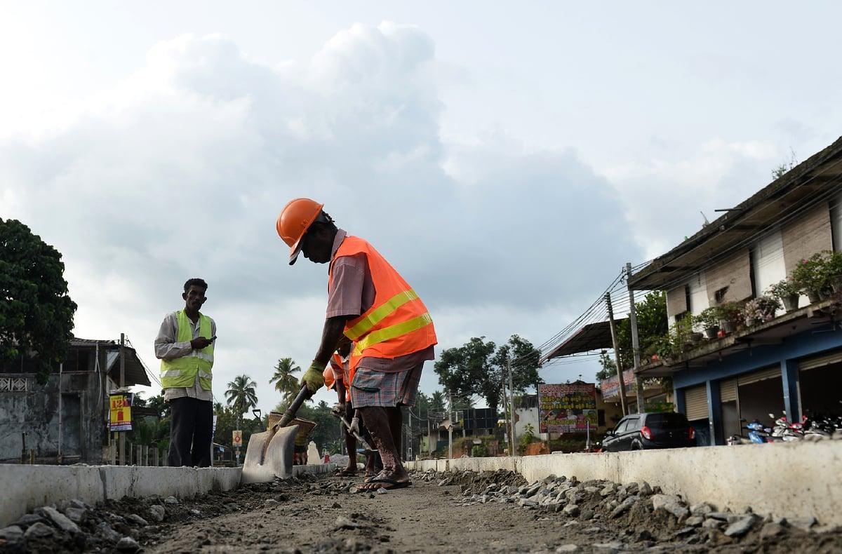「一帶一路」近來在亞洲,非洲和中東不斷碰壁。圖為工人在斯里蘭卡可倫坡公路上施工。(Getty Images)