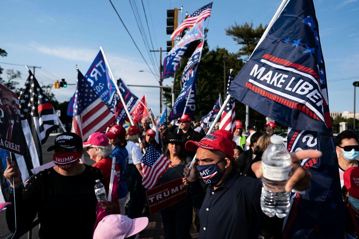 2020年10月4日,特粉們在馬里蘭州貝塞斯達(Bethesda)的沃爾特·里德醫療中心(Walter Reed Medical Center)外集會,向正在住院治療中共病毒(武漢肺炎)的美國總統表達支持。(ALEX EDELMAN/AFP via Getty Images)