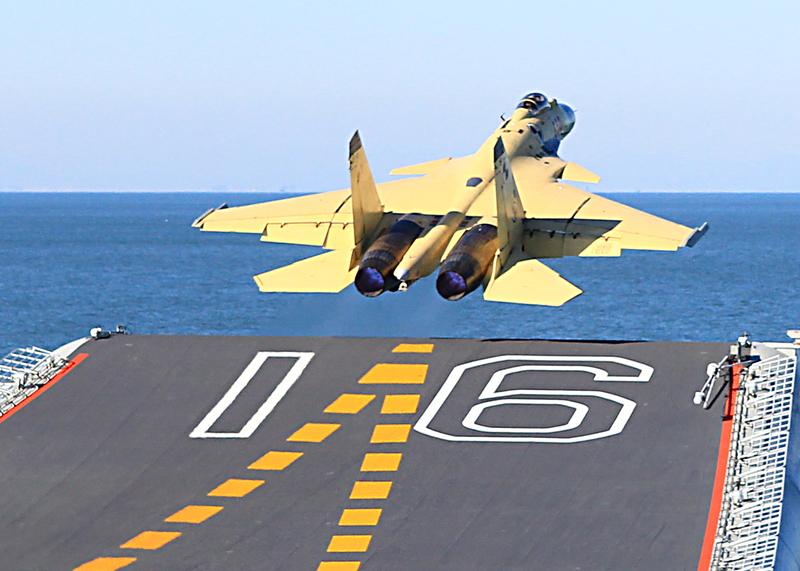2016年4月6日,中國殲15艦載機墜機,飛行員跳傘後重傷,住院419天。圖為2012年11月,殲-15首次在遼寧艦成功起降。(大紀元資料室)